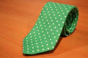 cravatta verde a pois